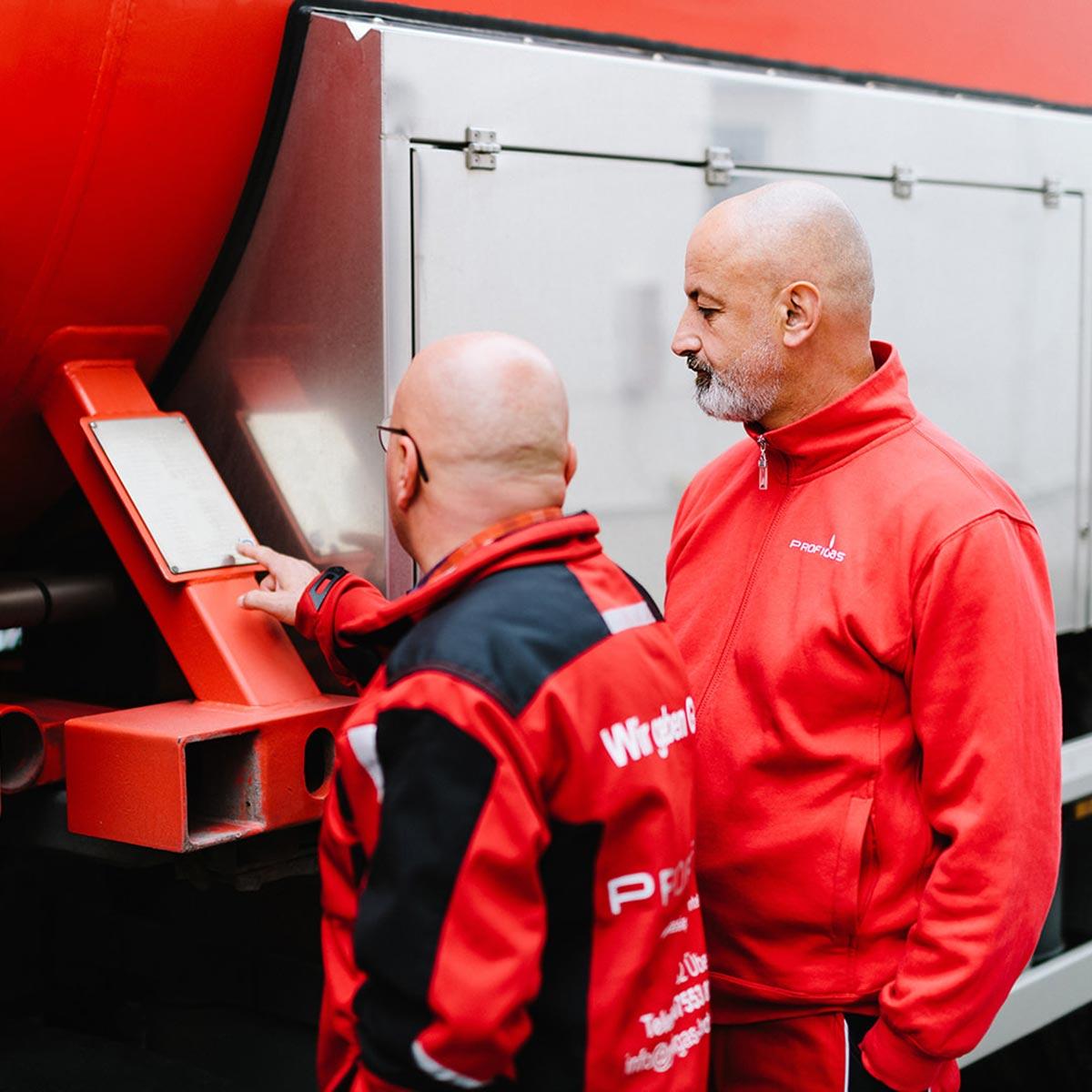 Markus und Milan vorm LKW