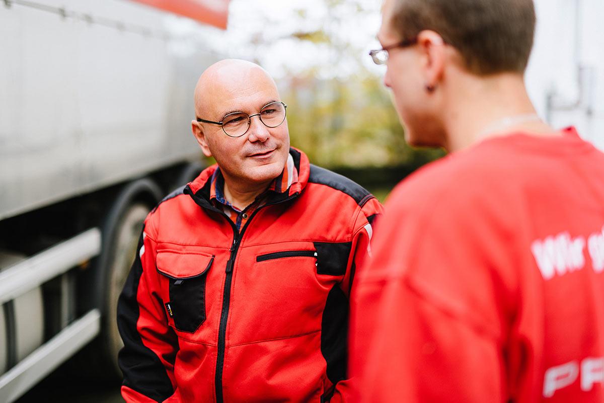 Markus Brandt und Simon Lutz vorm LKW