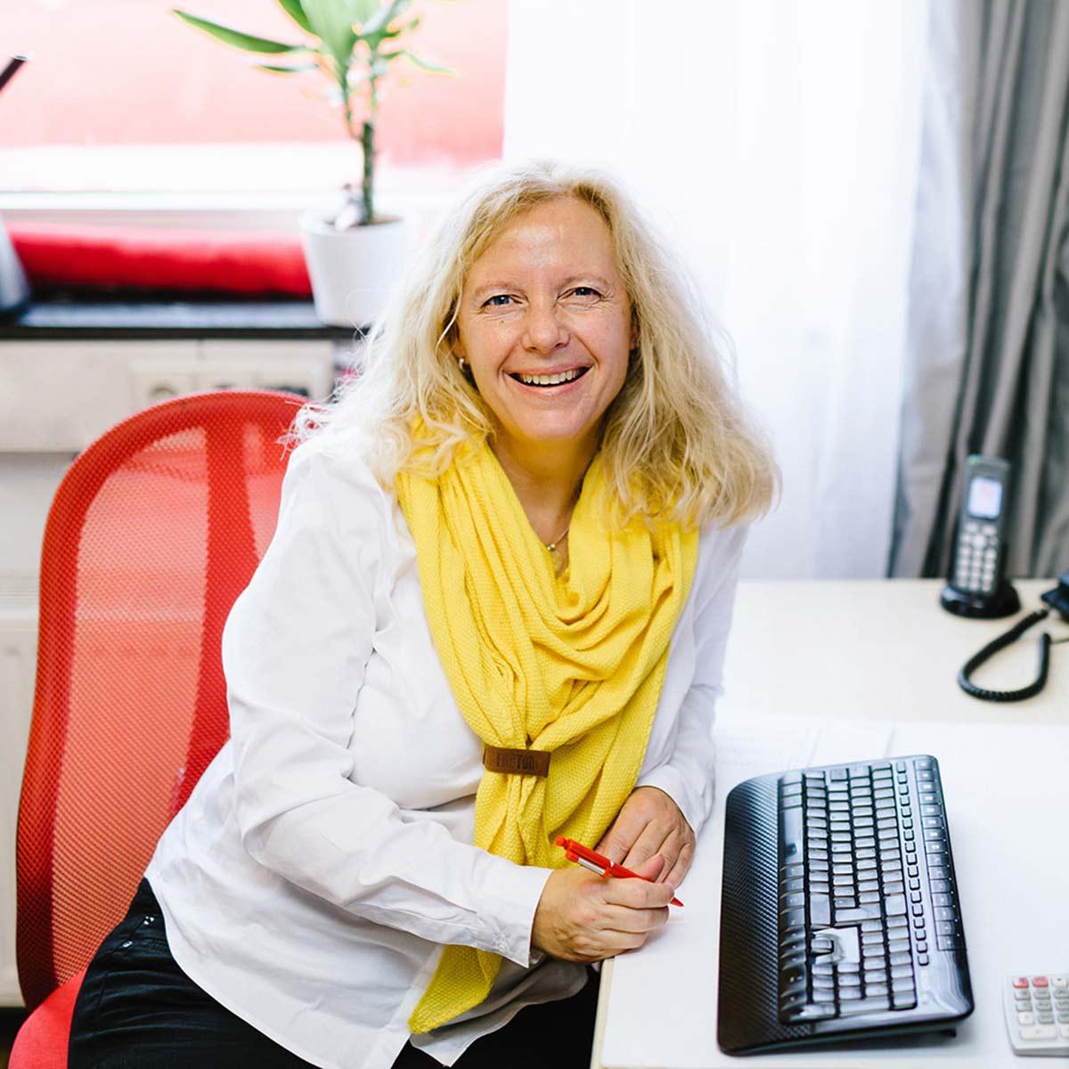 Birgit Nadig im Büro