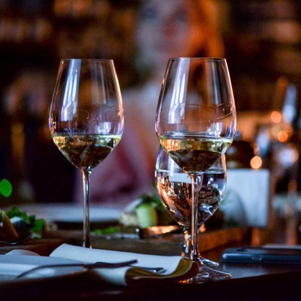 Gläser mit Weisswein