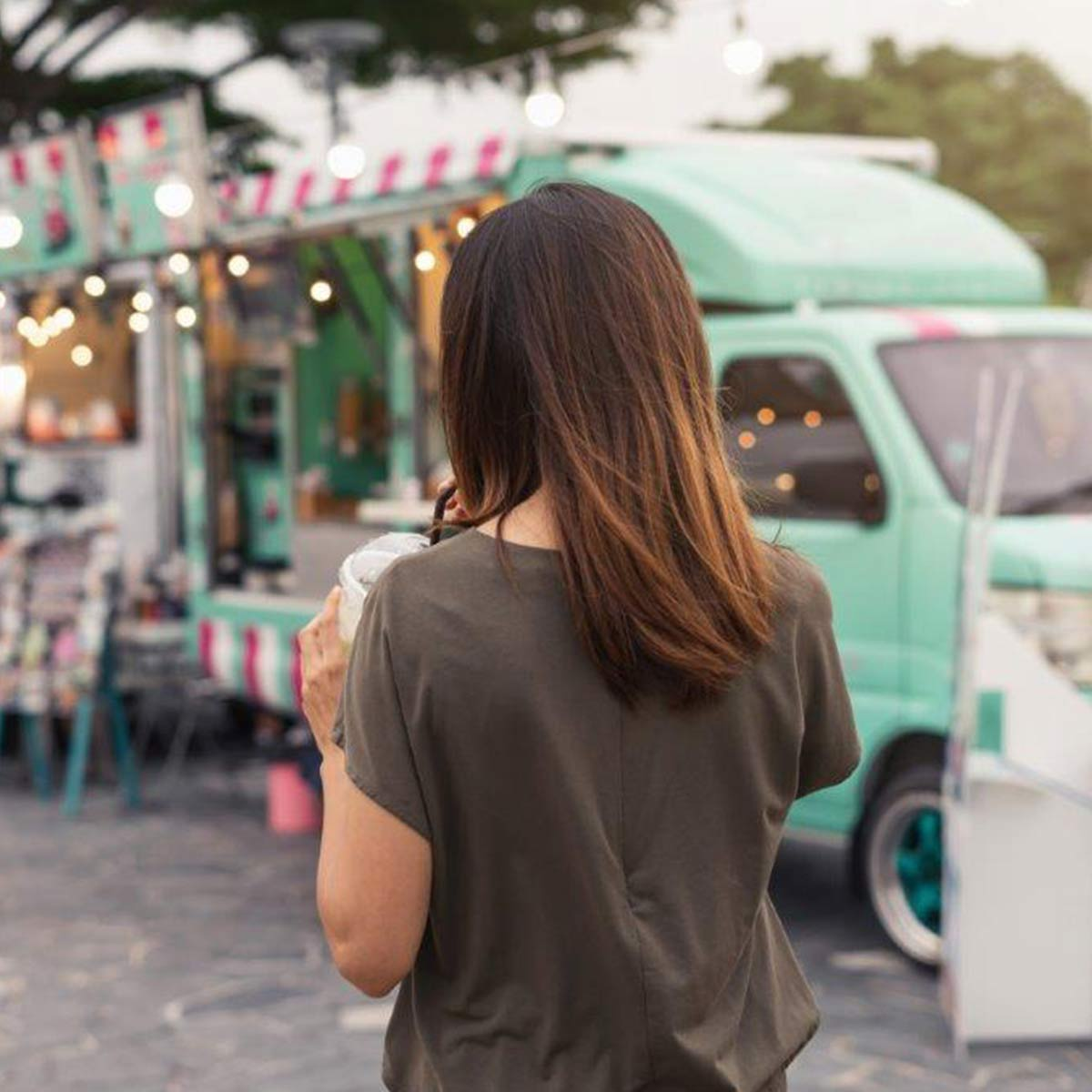 Frau auf Streetfoodmarkt